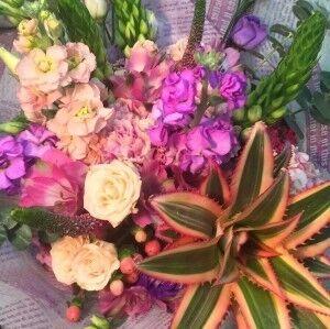 Магазин цветов Прекрасная садовница Букет с маттиолой и ананасом - фото 1