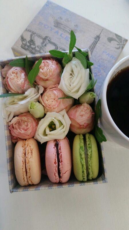 Магазин цветов VGosti.by Коробка с макаронами и цветами «S» - фото 1