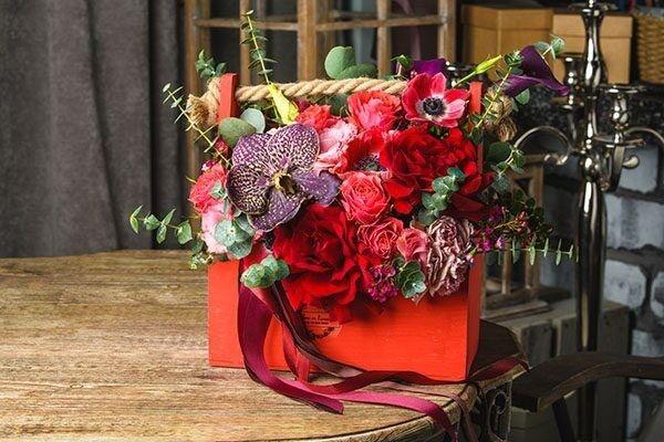 Магазин цветов Цветы на Киселева Букет в деревянном ящике «Яркий» - фото 1