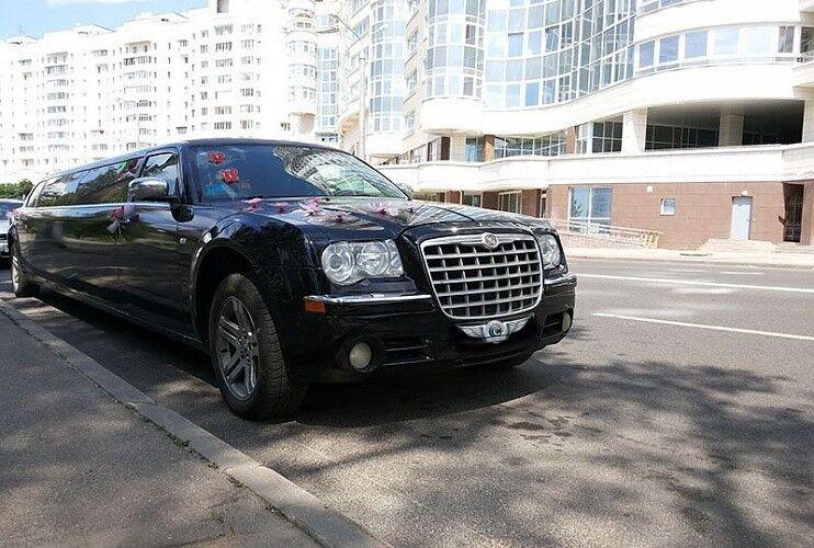 Аренда авто Chrysler 300C черного цвета, 10 мест - фото 3