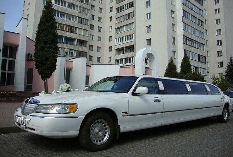 Аренда авто Lincoln Town Car белого цвета, 10 мест - фото 1