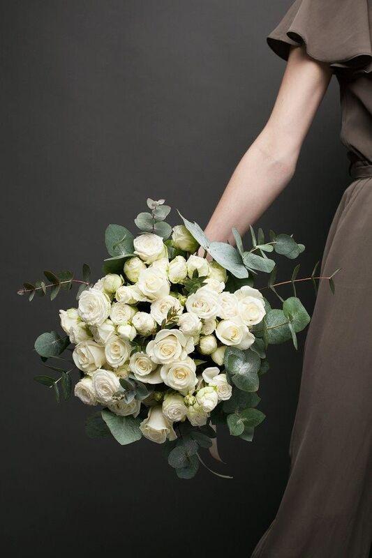 Магазин цветов ЦВЕТЫ и ШИПЫ. Розовая лавка Букет из микса белых роз с зеленью (диаметр 45-50 см) - фото 3
