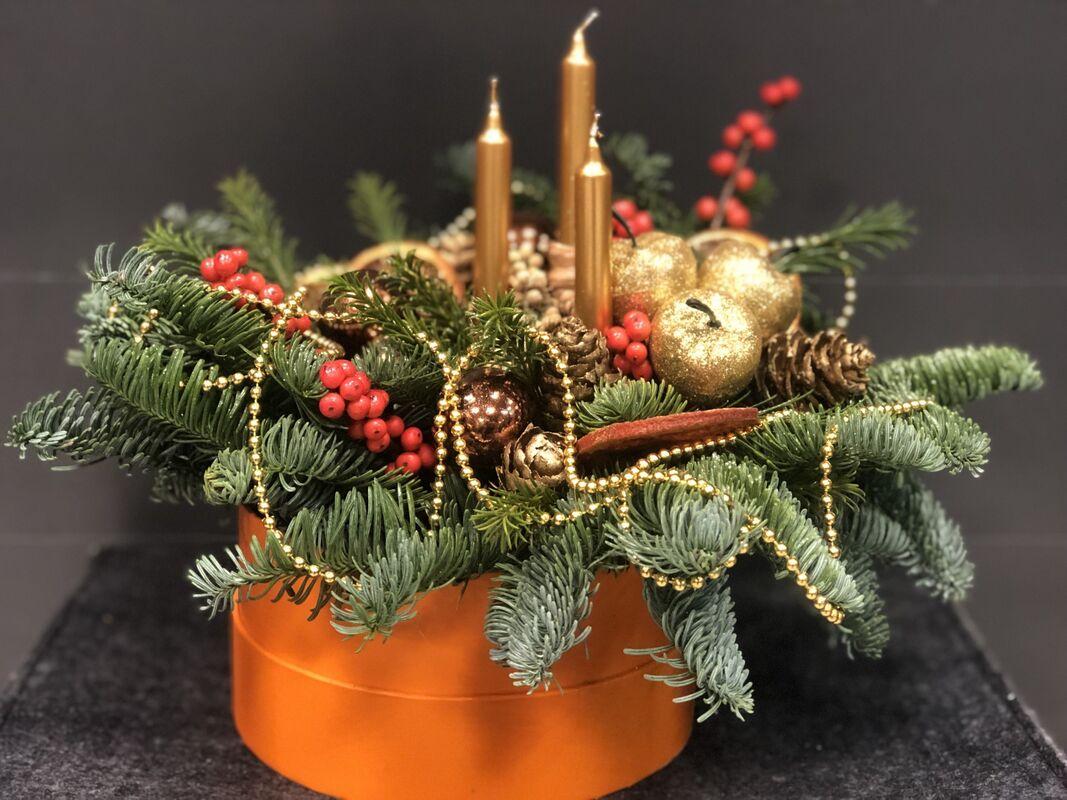 Магазин цветов Florita (Флорита) Новогодняя (рождественская) композиция в шляпной коробке со свечами - фото 1