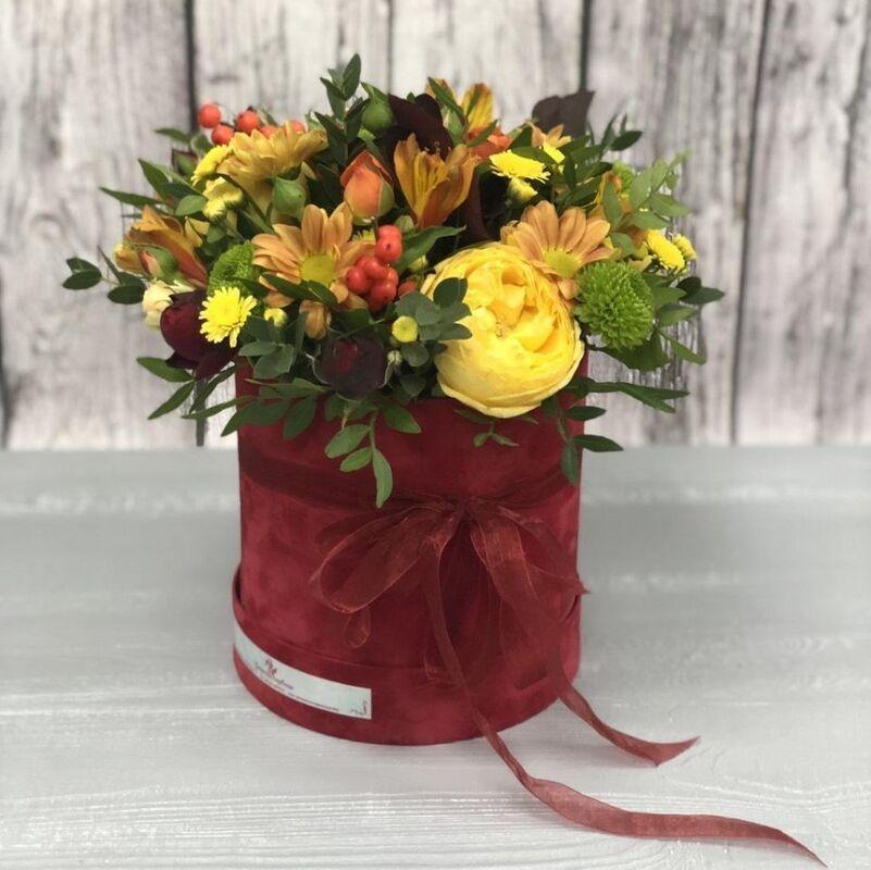 Магазин цветов Прекрасная садовница Цветочная композиция в коробочке с розами Каталина - фото 1