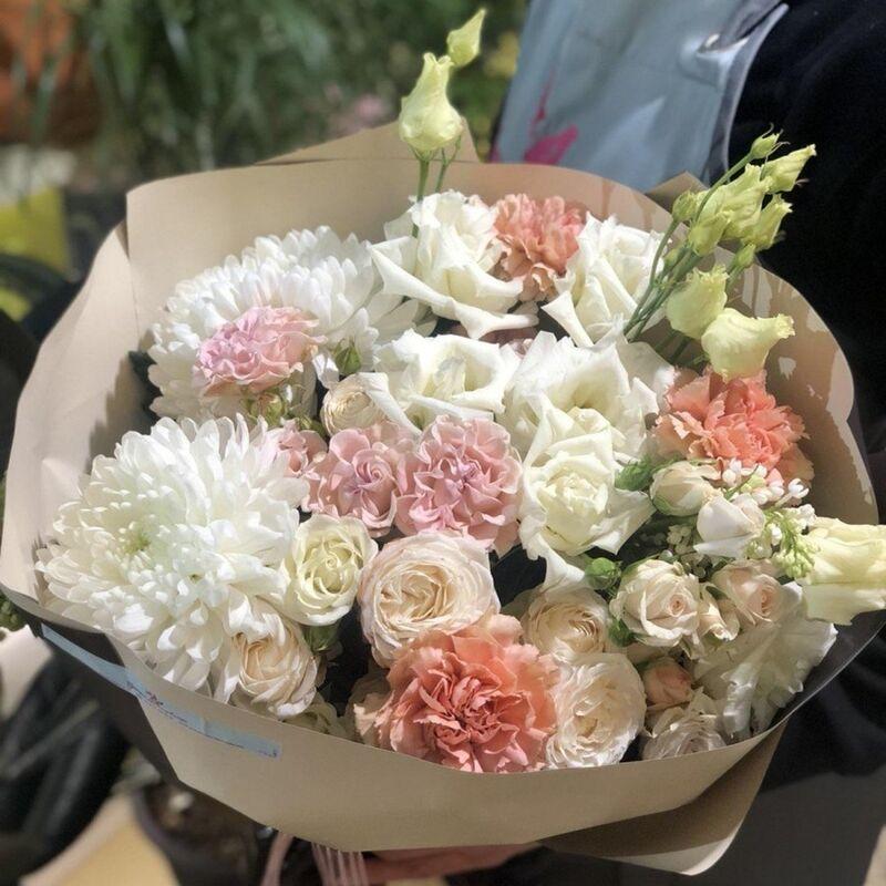 Магазин цветов Прекрасная садовница Букет с хризантемой Антонов, садовыми и пионовидными розами и гвоздикой Карамель - фото 1