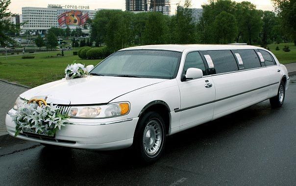 Аренда авто Lincoln Town Car белого цвета, 10 мест - фото 2