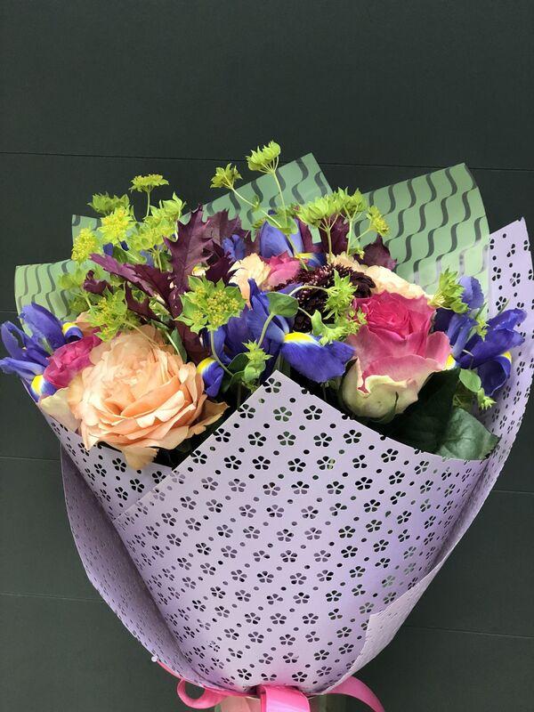 Магазин цветов Florita (Флорита) Букет из 2 сортов роз, буплерума - фото 1