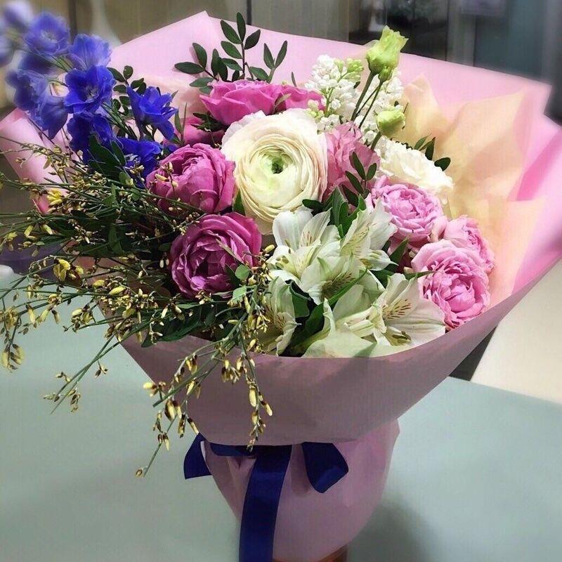 Магазин цветов Прекрасная садовница Букет с садовыми розами, хрупкими ранункулюсами, сиренью и дельфиниумом - фото 1