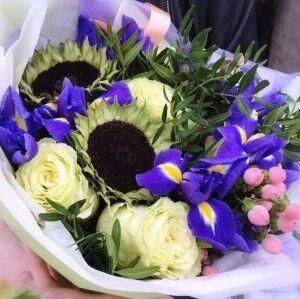 Магазин цветов Прекрасная садовница Букет с подсолнухом и ирисами - фото 1