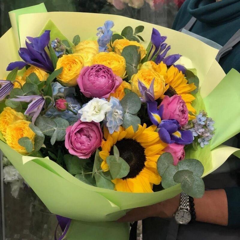 Магазин цветов Прекрасная садовница Букет с подсолнухами, розами, ирисами и эвкалиптом - фото 1