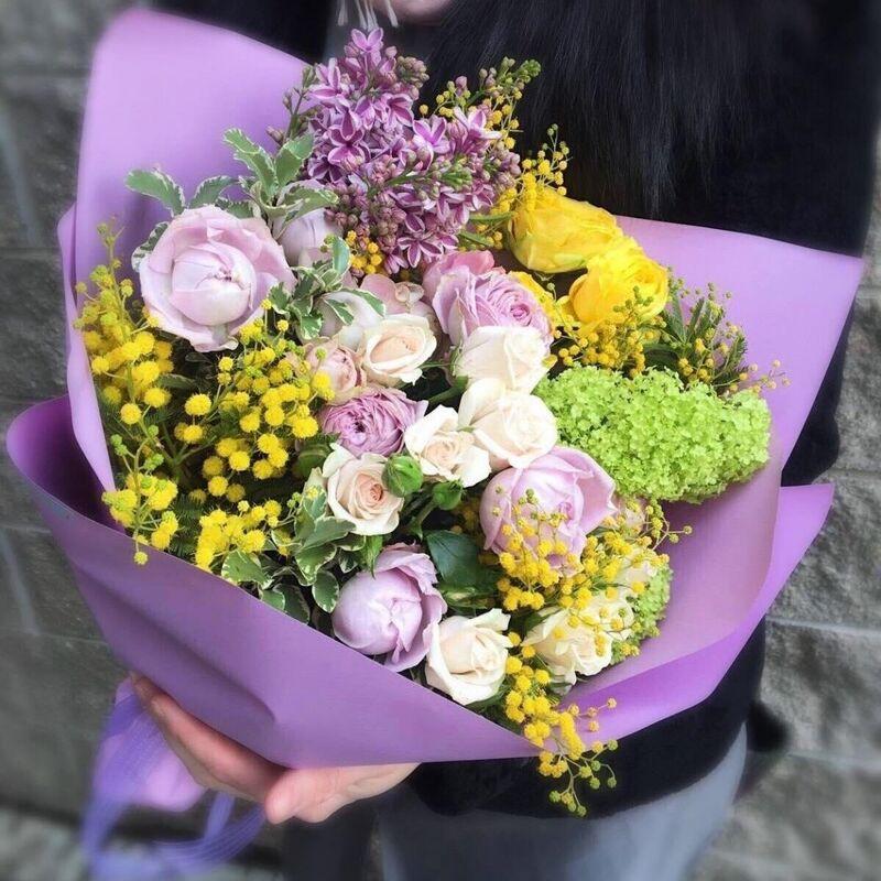 Магазин цветов Прекрасная садовница Букет с винтажной розочкой Блоссом бабблс, ароматной сиренью, весенней мимозой и вибурнумом - фото 1