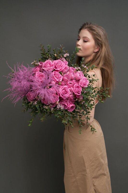 Магазин цветов ЦВЕТЫ и ШИПЫ. Розовая лавка Букет ярко-розовый с пионовидной розой (диаметр 45 см) - фото 3