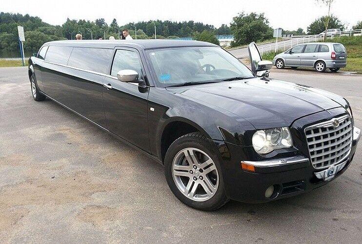 Аренда авто Chrysler 300C черного цвета, 10 мест - фото 1