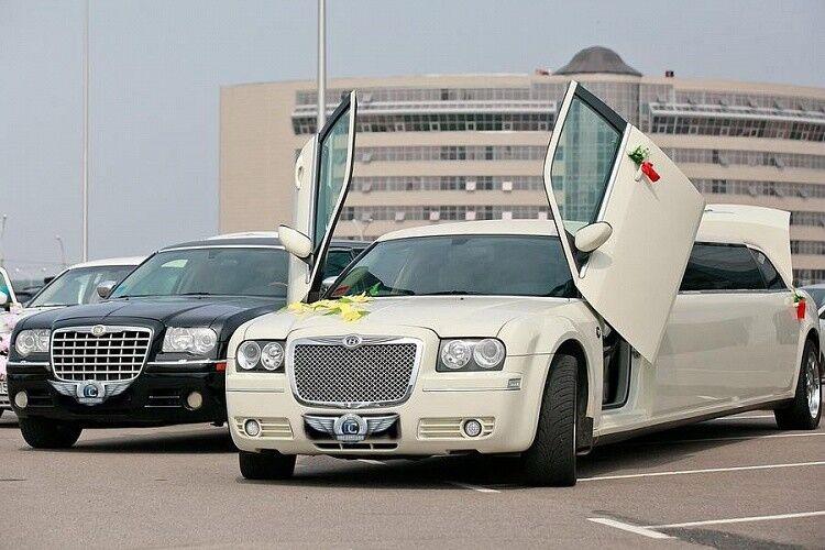 Прокат авто Chrysler 300C белого цвета, 10 мест - фото 3