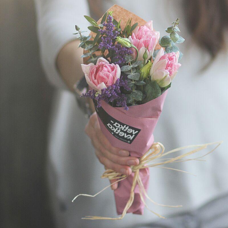 Магазин цветов VETKA-KVETKA Кулек с тюльпанами и зеленью - фото 1