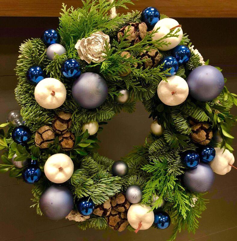 Магазин цветов Florita (Флорита) Новогодний (рождественский) венок из нобилиса с веточками туи - фото 1