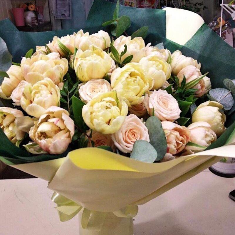 Магазин цветов Прекрасная садовница Букет с тюльпанами Либретто и кустовой розой - фото 1
