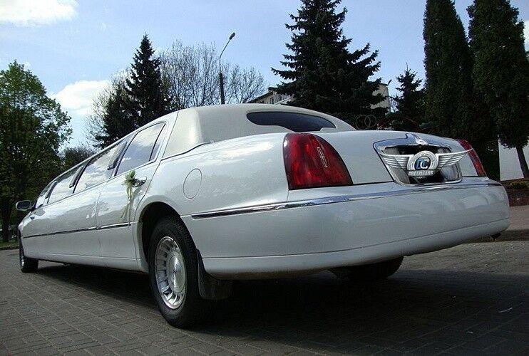 Аренда авто Lincoln Town Car белого цвета, 10 мест - фото 3