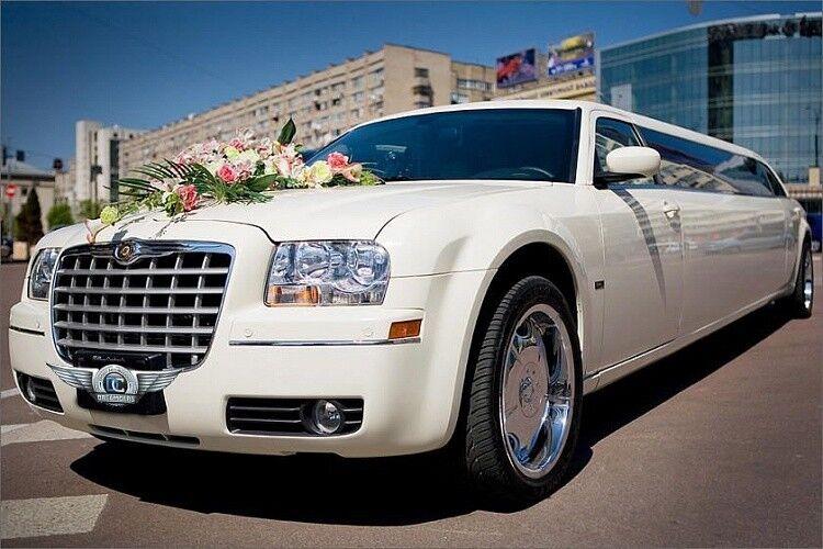 Прокат авто Chrysler 300C белого цвета, 10 мест - фото 1