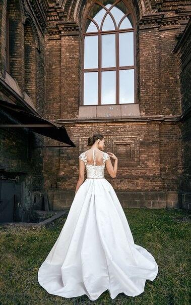 Свадебное платье напрокат Shkafpodrugi Платье свадебное с кружевным декором на декольте 002-16 - фото 2