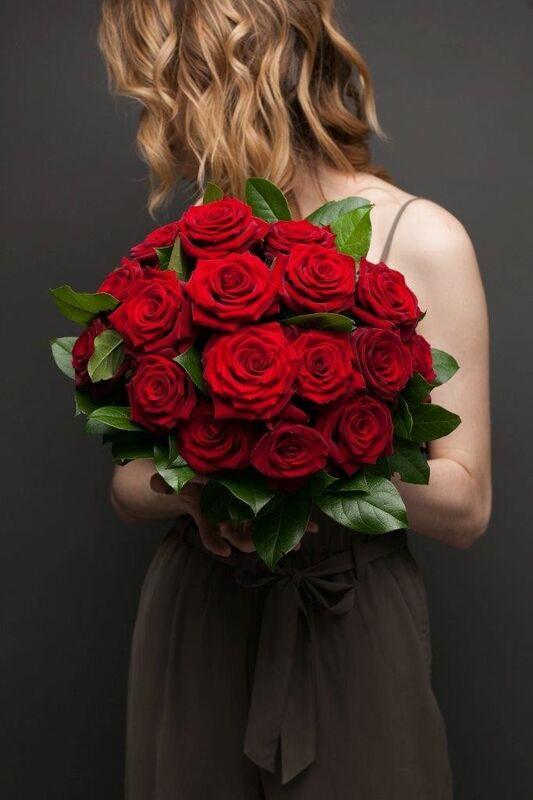 Магазин цветов ЦВЕТЫ и ШИПЫ. Розовая лавка Букет из бордовых роз с зеленью (диаметр 35 см) - фото 1