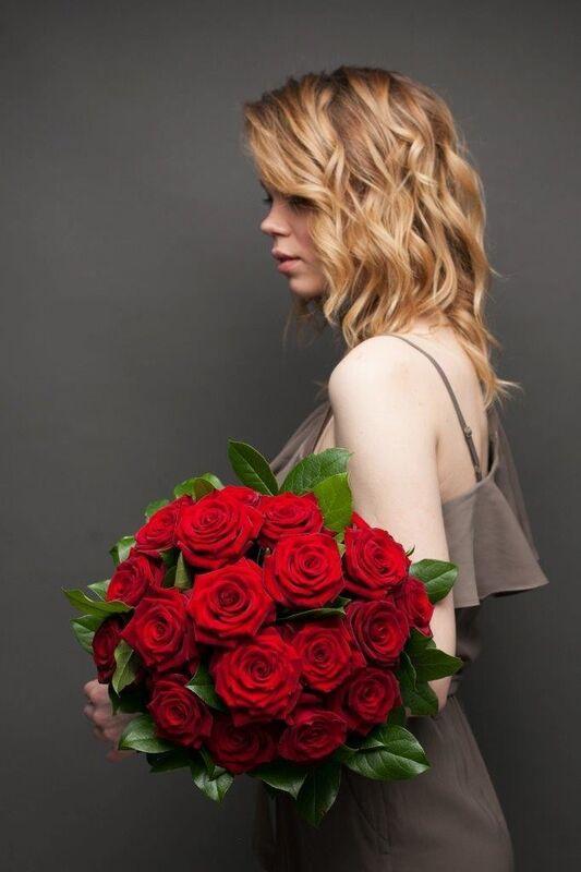 Магазин цветов ЦВЕТЫ и ШИПЫ. Розовая лавка Букет из бордовых роз с зеленью (диаметр 35 см) - фото 2