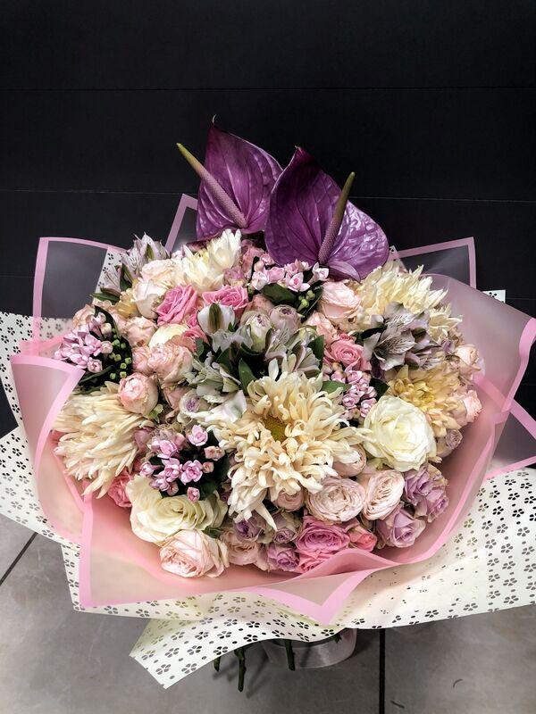 Магазин цветов Florita (Флорита) Букет с антуриумом, хризантемой, бувардией - фото 1