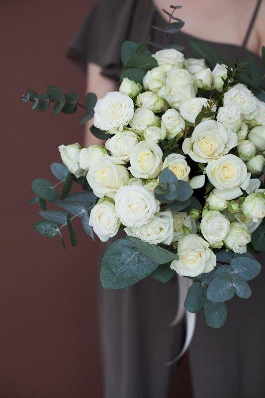 Магазин цветов ЦВЕТЫ и ШИПЫ. Розовая лавка Букет из микса белых роз с зеленью (диаметр 45-50 см) - фото 2