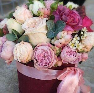 Магазин цветов Прекрасная садовница Цветочная композиция в коробке с розами О'Хара - фото 1