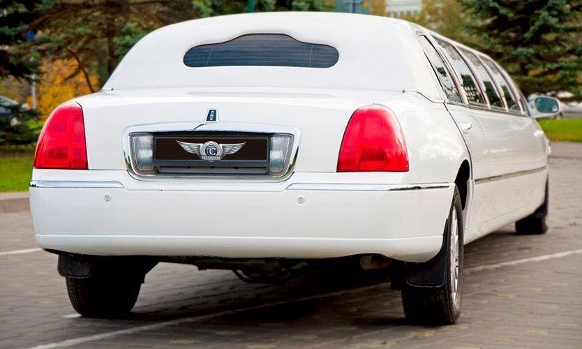 Прокат авто Lincoln Town Car белого цвета, 13 мест - фото 3