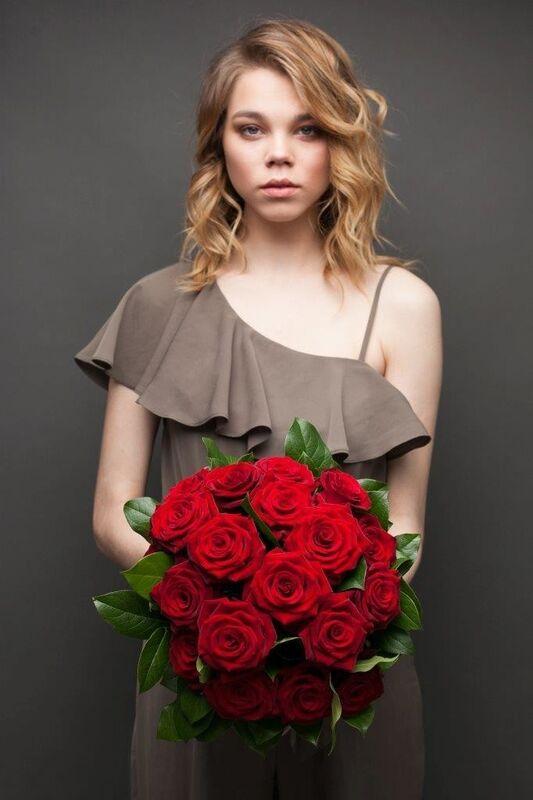 Магазин цветов ЦВЕТЫ и ШИПЫ. Розовая лавка Букет из бордовых роз с зеленью (диаметр 35 см) - фото 3