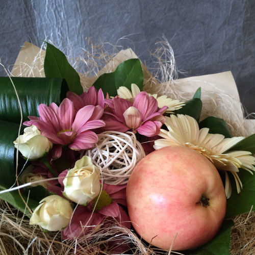 Магазин цветов VGosti.by Букет из фруктов и цветов - фото 2
