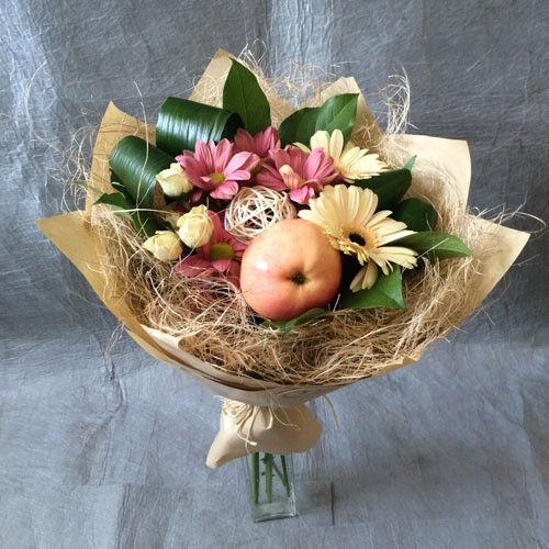 Магазин цветов VGosti.by Букет из фруктов и цветов - фото 1