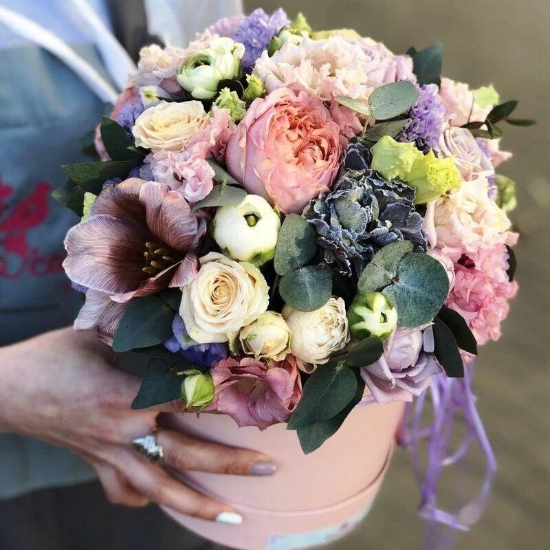 Магазин цветов Прекрасная садовница Цветочная композиция в коробке с розами, тюльпанами Брауни и гвоздикой Блэк Молли - фото 1