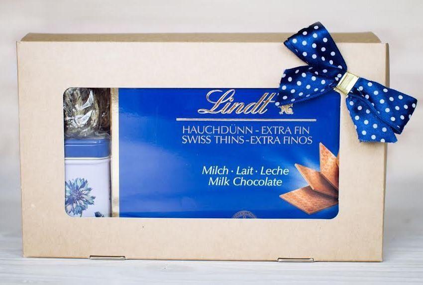 Подарок на Новый год Gurman's Набор в коробке из двух видов чая, 2х25 гр + шоколадные пластинки Lindt, 125 гр - фото 1
