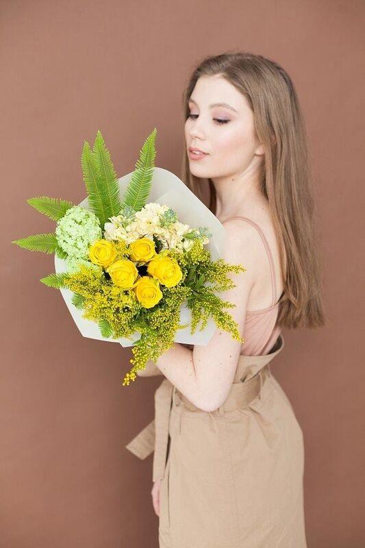 Магазин цветов ЦВЕТЫ и ШИПЫ. Розовая лавка Букет желто-зеленый (диаметр 25-30 см) - фото 1