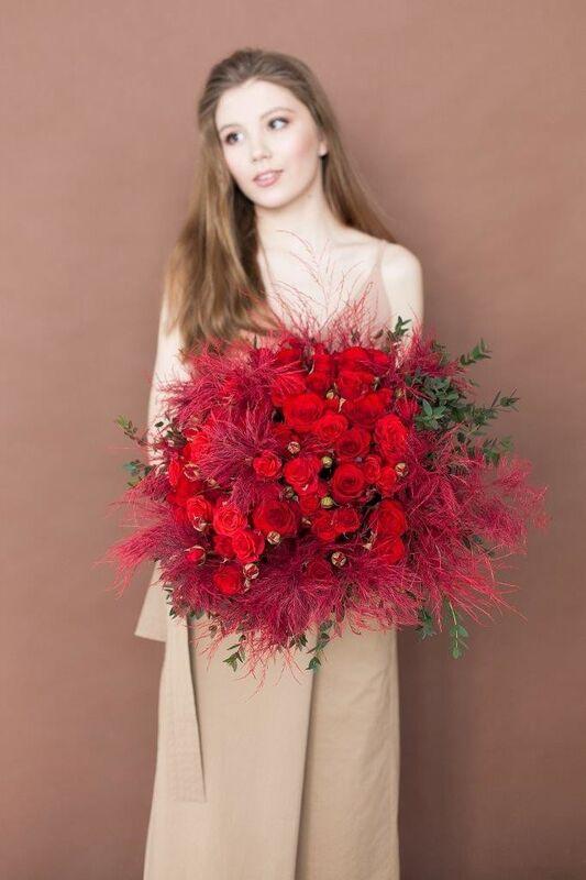 Магазин цветов ЦВЕТЫ и ШИПЫ. Розовая лавка Дизайнерский ярко-красный букет (диаметр 50 см) - фото 2