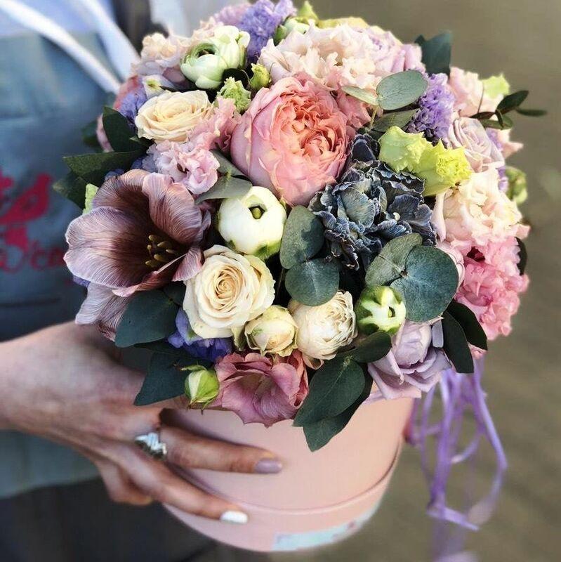 Магазин цветов Прекрасная садовница Цветочная композиция в коробке с розами, тюльпанами, гвоздикой - фото 1