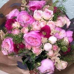Магазин цветов Прекрасная садовница Букет зефирный из пионовидных роз и ранункулюсов - фото 1