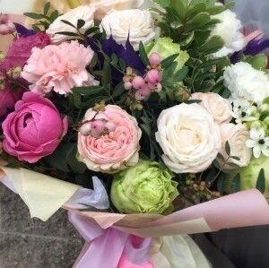 Магазин цветов Прекрасная садовница Букет из пионовидных роз и гвоздики - фото 1