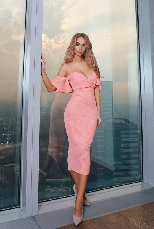 Вечернее платье Shkafpodrugi Облегающее персиковое платье миди - фото 1
