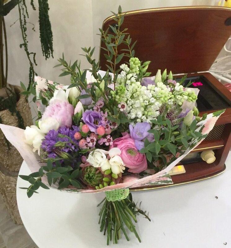Магазин цветов Прекрасная садовница Букет с нежнейшими пионами, ранункулюсами и сиренью - фото 2
