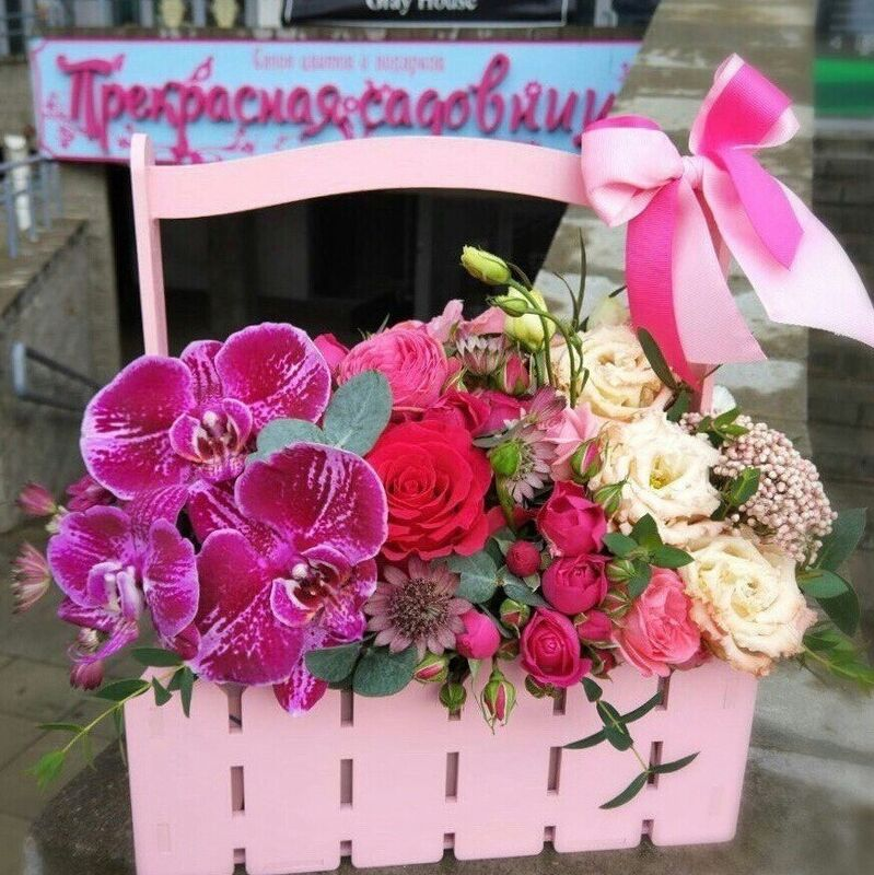 Магазин цветов Прекрасная садовница Деревянный ящичек с розами, эустомой и орхидеями - фото 1