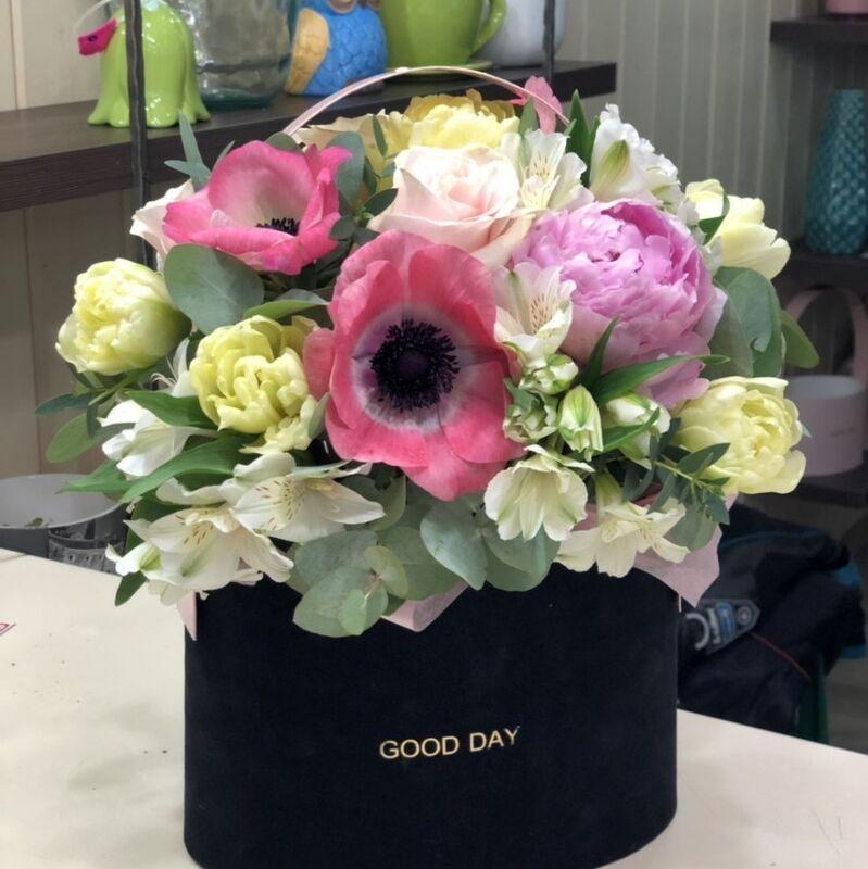 Магазин цветов Прекрасная садовница Цветочная композиция с пионами, тюльпанами и анемонами - фото 1