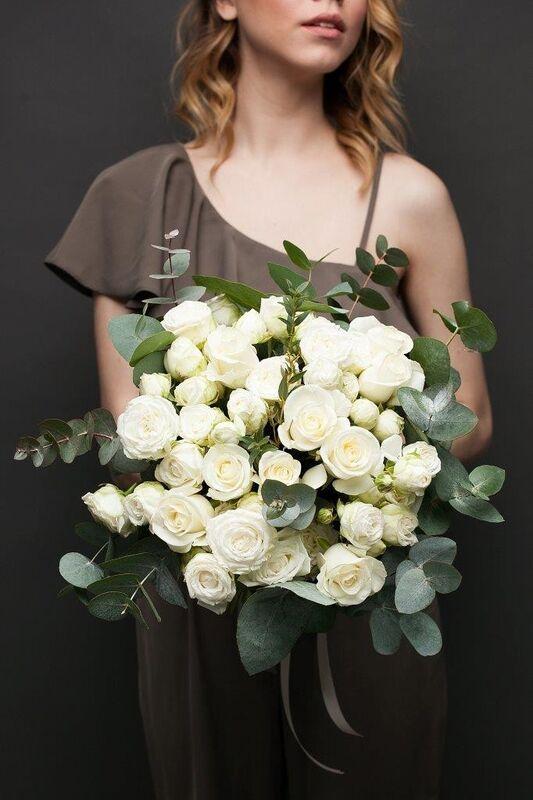 Магазин цветов ЦВЕТЫ и ШИПЫ. Розовая лавка Букет из микса белых роз с зеленью (диаметр 45-50 см) - фото 1