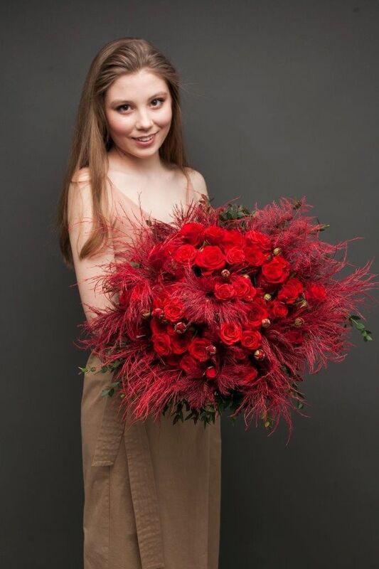 Магазин цветов ЦВЕТЫ и ШИПЫ. Розовая лавка Дизайнерский ярко-красный букет (диаметр 50 см) - фото 1