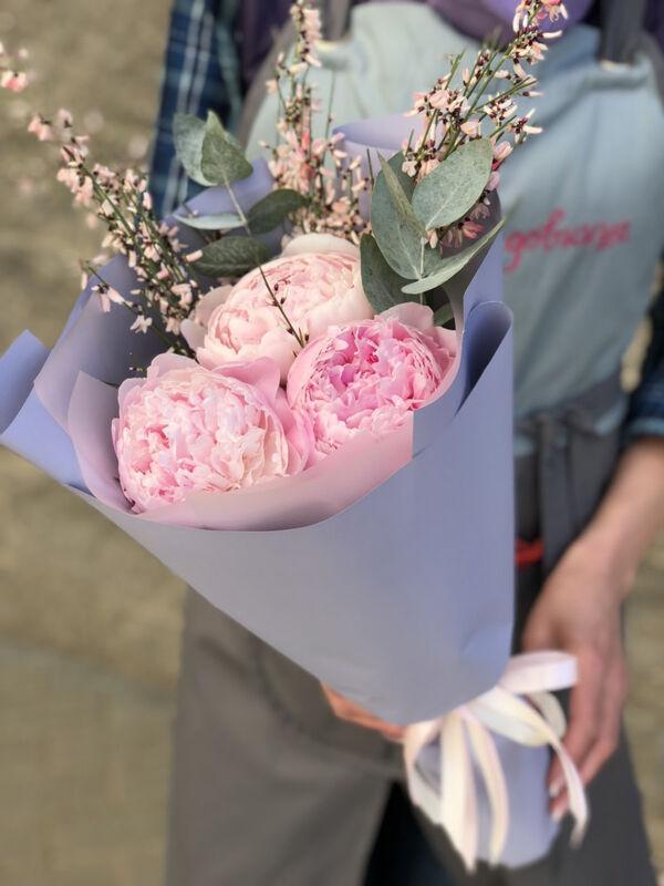 Магазин цветов Прекрасная садовница Букет с пионами Сара Бернар, генистой и эвкалиптом - фото 2
