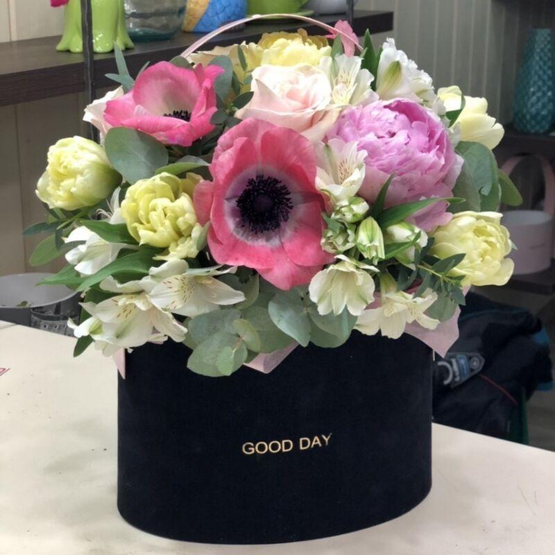 Магазин цветов Прекрасная садовница Цветочная композиция с пионами, тюльпанами и анемонами в бархатной коробке - фото 1