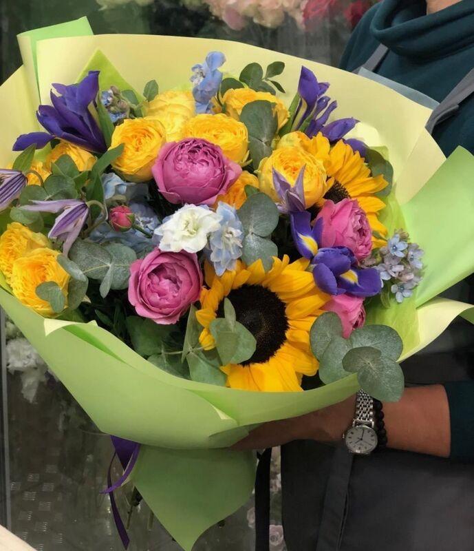 Магазин цветов Прекрасная садовница Букет с подсолнухами, розами, ирисами и эвкалиптом - фото 2