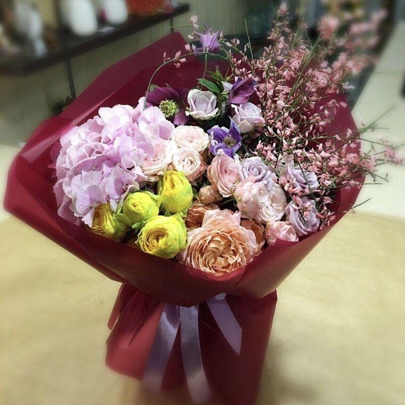 Магазин цветов Прекрасная садовница Букет с гортензией, садовыми розами, хелеборусом и генистой - фото 1
